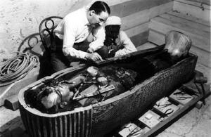 Howard Carter, trabajando con el sarcófago de Tutankamón.