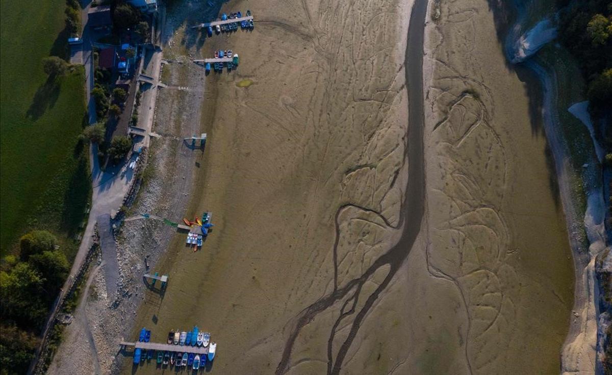 Barcos en el lecho del río Doubs, seco, a su paso por Villers-le-Lac, en Francia, en septiembre del 2020.