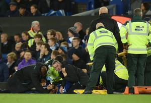 André Gomes, atendido en el césped tras romperse el tobillo.