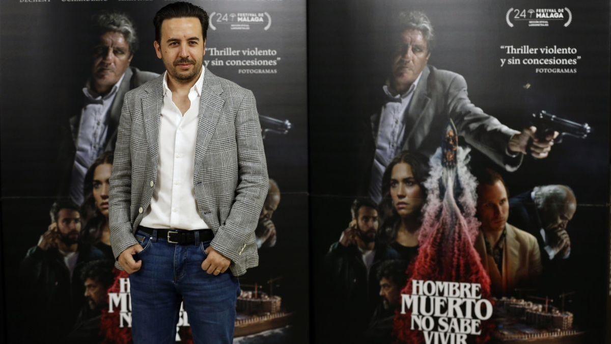 El director, Ezekiel Montes, junto al cartel promocional del filme.