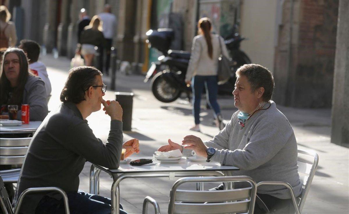 Dos clientes de un bar en Barcelona.