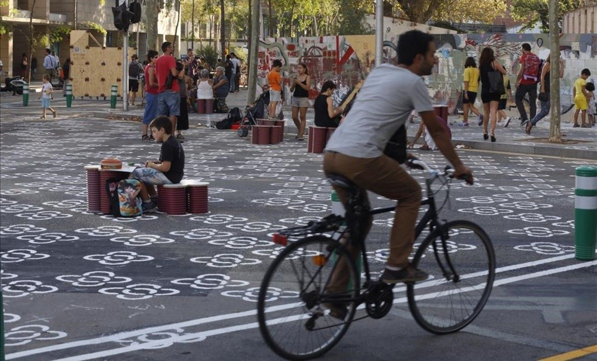 Un ciclista ante la zona cultural de la 'superilla' de Poblenou.