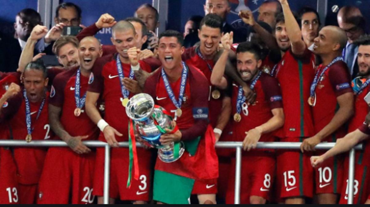 Cristiano levanta el trofeo de campeón en la Eurocopa 2016