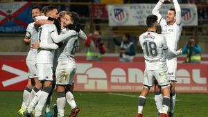 Los jugadores de la Cultural Leonesa celebran la victoria ante el Atlético en Copa.