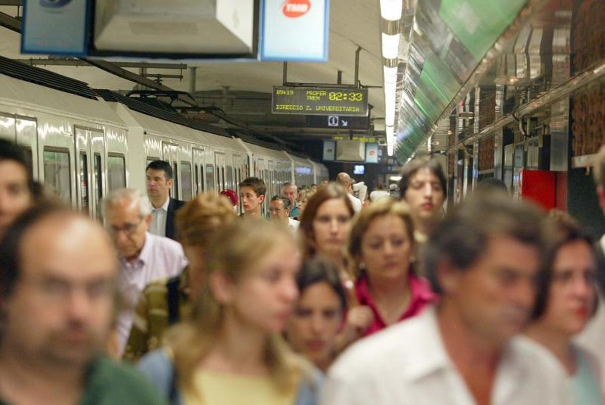 Un incendio en el metro de Barcelona deja sin servicio parte de la L3