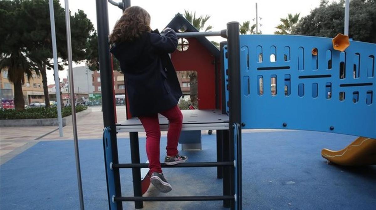 Erika, una menor transexual,en un parque de Badalona.
