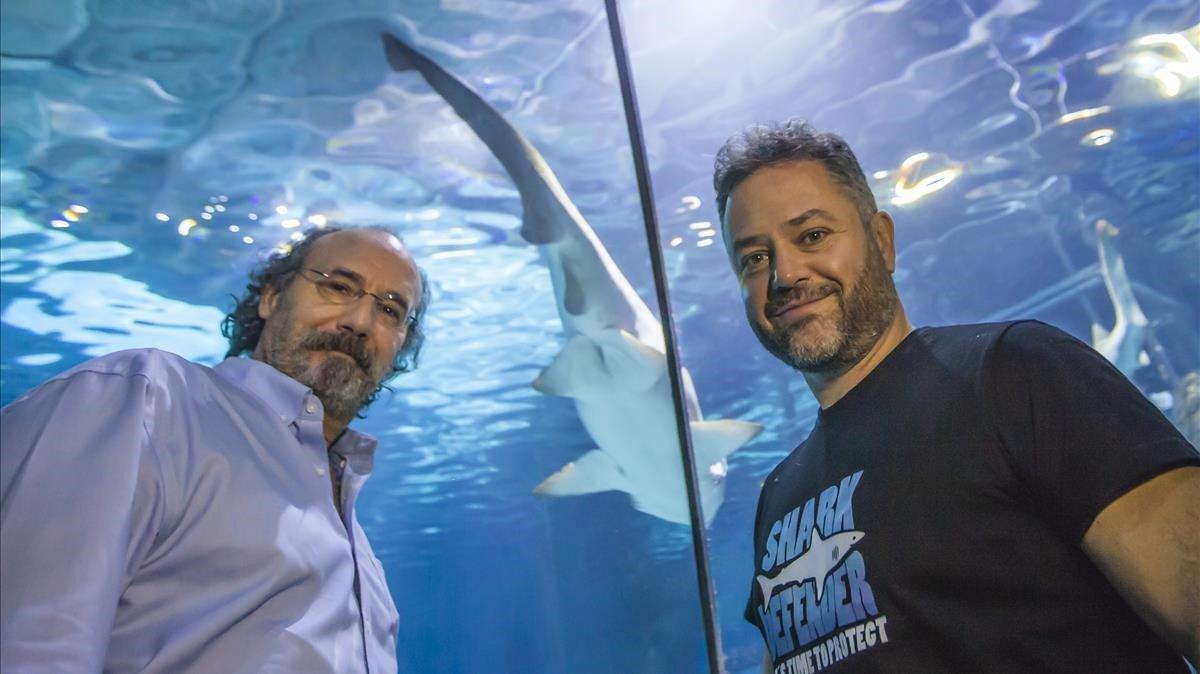 El escritor Alfonso Mateo-Sagasta y el buceador Karlos Simón, en el Aquarium de Barcelona.