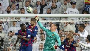 Ter Stegen interviene en el clásico Madrid-Barça jugado en el Bernabéu el 1 de marzo.