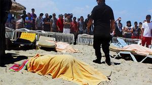 Imatges de la platja d'un dels hotels atacats, després de l'acció terrorista de Susa.