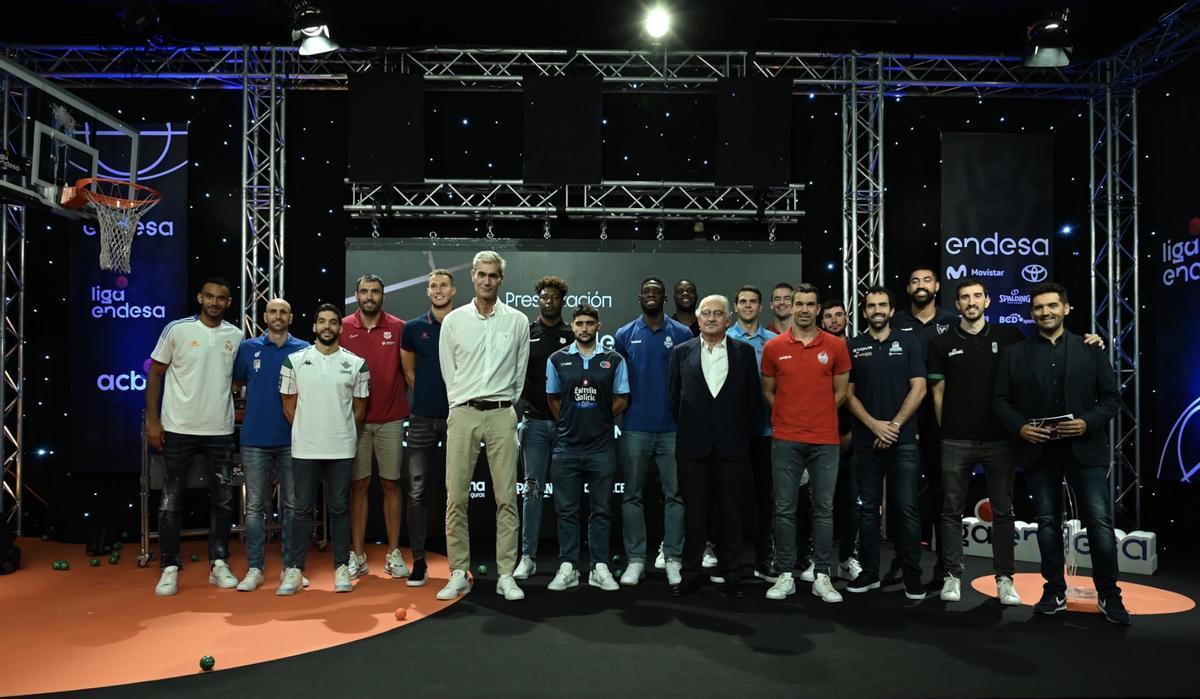 Los jugadores que acudieron a la presentación posan junto al presidente de la ACB, Antonio Martín, y el consejero delegado de Endesa, José Bogas