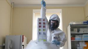 Una investigadora trabaja en el desarrollo de una vacuna contra el covid-19.