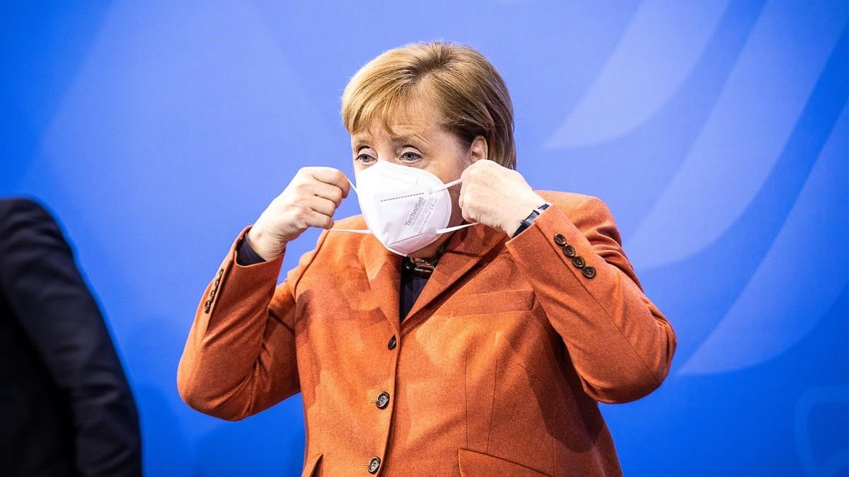 Deutschland (Germany)  13 12 2020 - German Chancellor Angela Merkel puts her face mask on during a press conference after a video conference with German State Premiers about increased anti-coronavirus measures to be implemented on upcoming 16 December  in Berlin  Germany  13 December 2020  (Alemania) EFE EPA RAINER KEUENHOF   POOL
