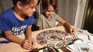 Unos niños juegan a 'La fuga de los seres mágicos'.