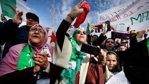 Manifestantes ostentan banderas nacionales argelinas durante una sentada en contra de la candidatura del presidente argelino Abdelaziz Bouteflika.
