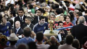 Messi mira a la Copa del Mundo tras la derrota en Maracaná. Fotografía ganadora del World Press Photo de Deportes 2015.