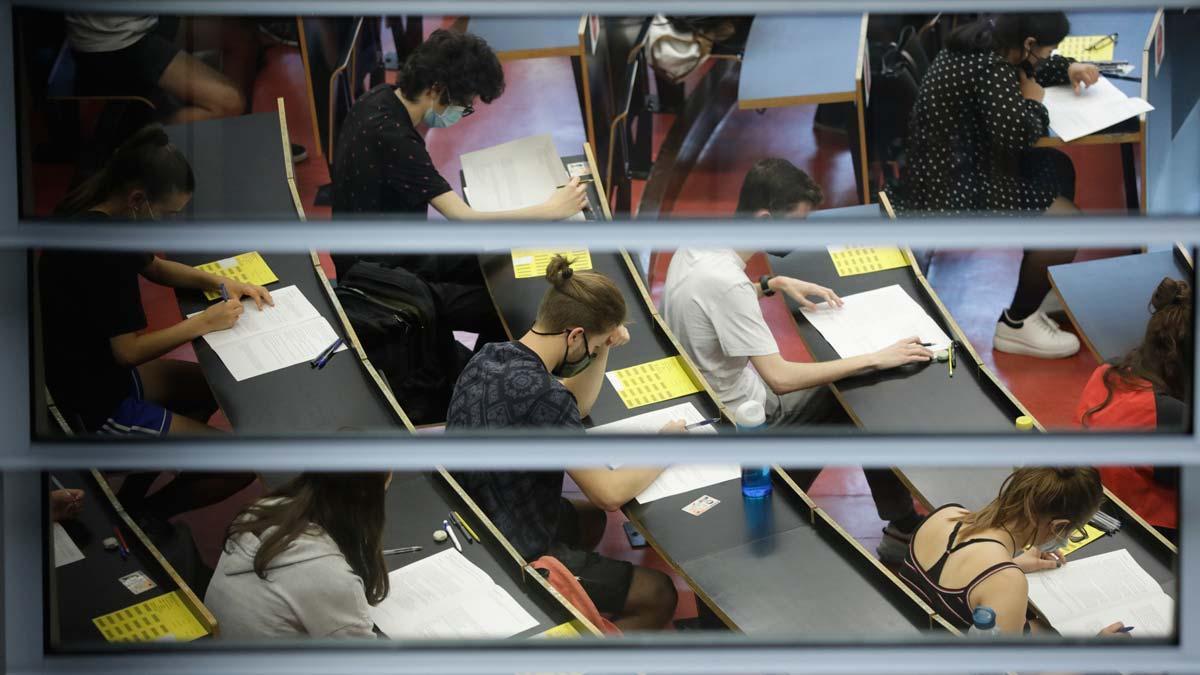 Unos 40.000 alumnos catalanes empiezan la selectividad de la pandemia sin incidencias. En la foto, exámenes en el campus de la Ciutadella de la UPF.
