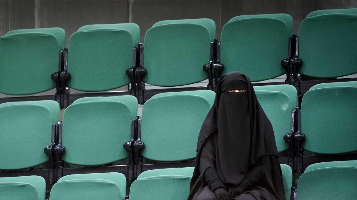 Una mujer con niqab, en la zona destinada al público de la Cámara de Representantes de La Haya, en noviembre del 2016.