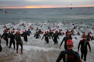 Triatletas saliendo del agua.
