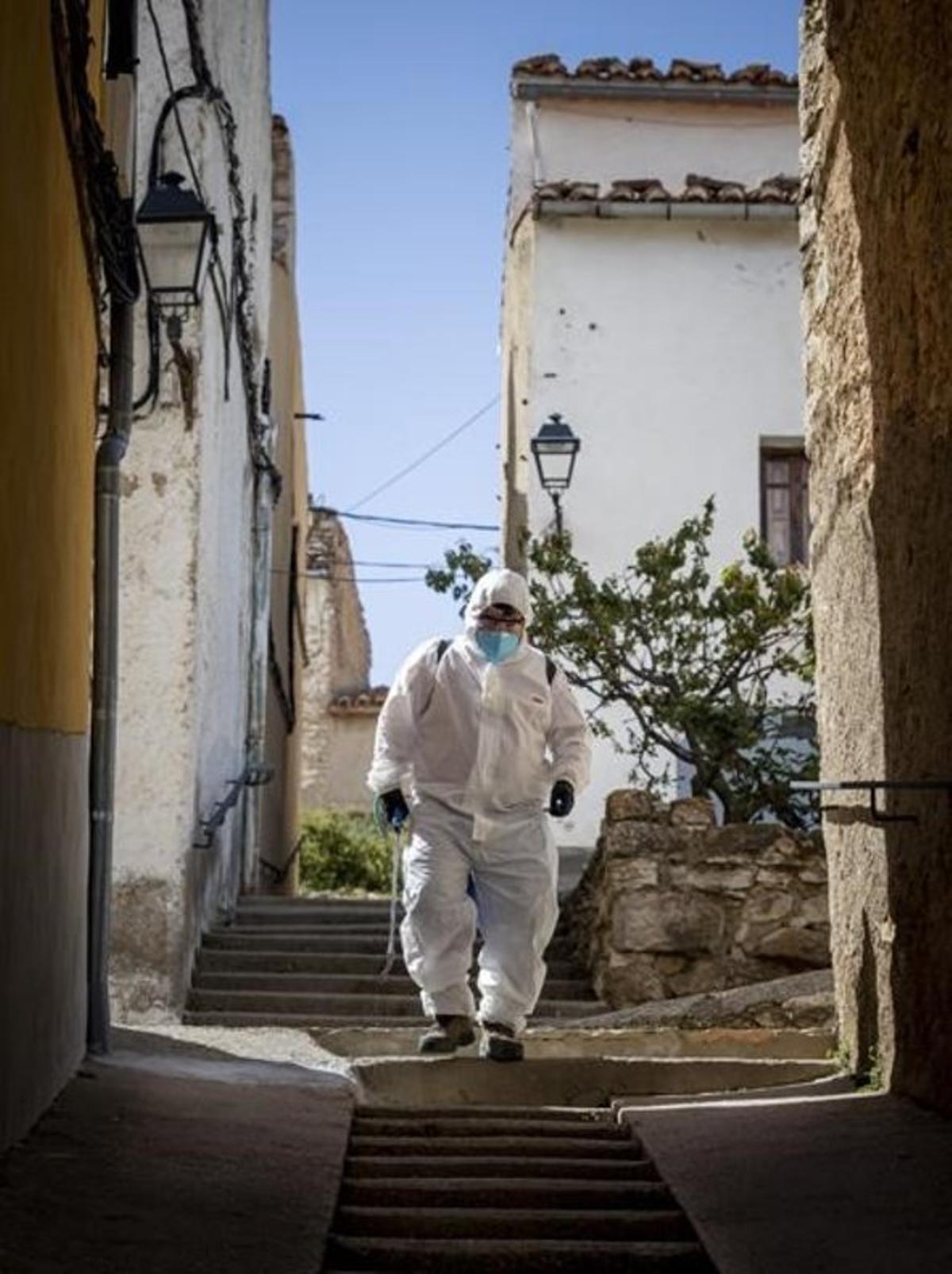 Pese a que la incidencia del virus fue mucho menor en los pueblos, las medidas, tanto sanitarias como de confinamiento, fueron similares, para bien y para mal, como demuestra la imagen de este operario del ayuntamiento de Castellfort, tomada el 12 de mayo.