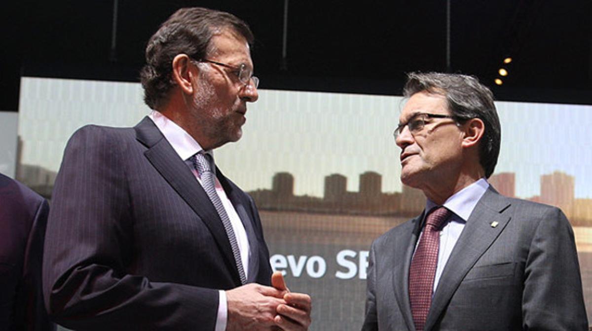 Rajoy y Mas charlan durante la celebración del Saló del Automòbil, el pasado 10 de mayo. JULIO CARBÓ