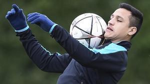 Alexis controla el balón en el último entrenamiento en Londres antes de jugar con el Barça.