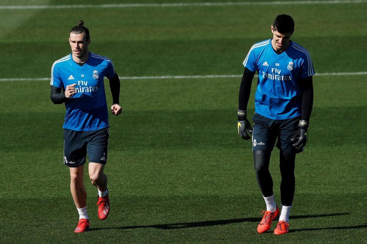 Bale (d) junto a Courtois en el último entrenamiento del Madrid.