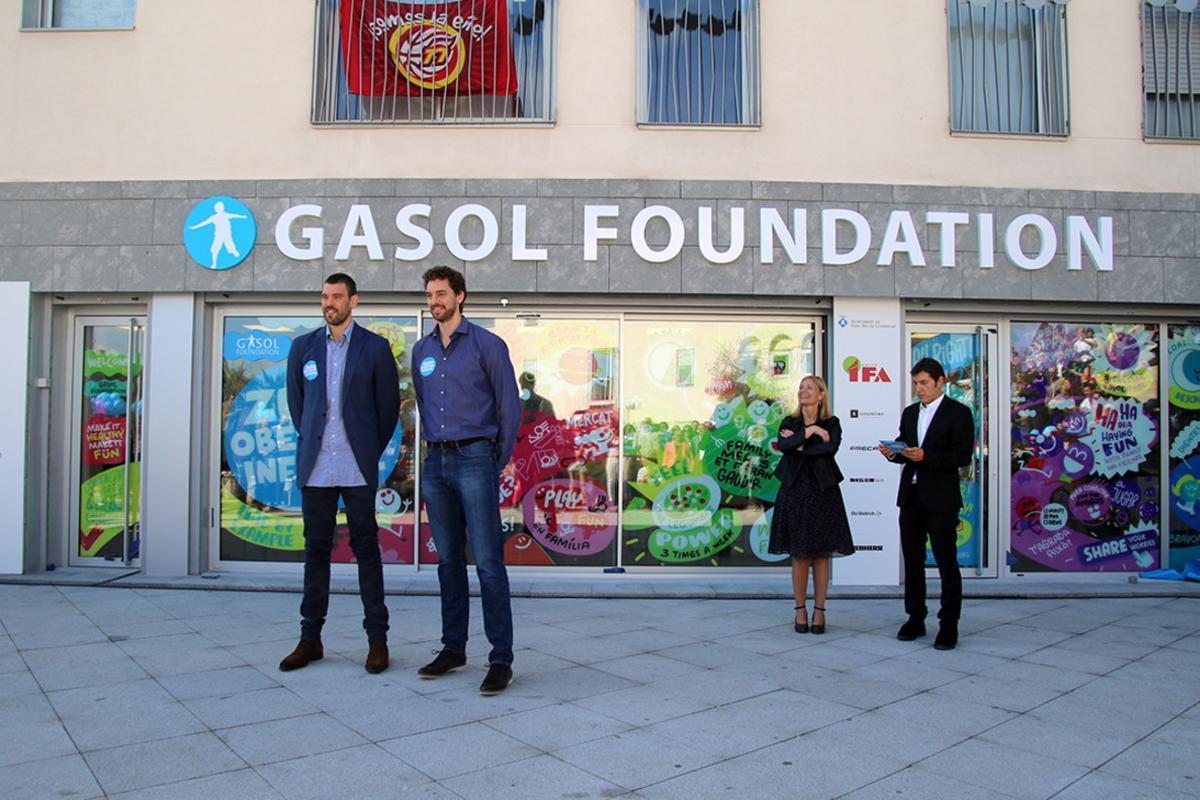 Los hermanos Gasol, en la inauguración de la nueva sede de su fundación en Sant Boi.