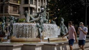 La fuente del Turia, en la plaza de la Virgen de València, con las estatuas con mascarilla.