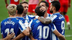 Los jugadores de la Real celebran uno de sus goles al Granada.