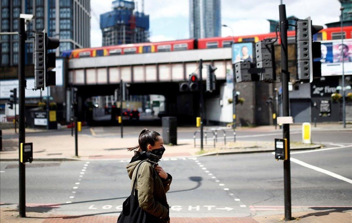 Una mujer se protege con un pañuelo en Vauxhall.