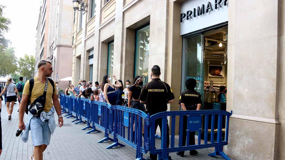Cola para acceder a una tienda en el centro de Barcelona, el domingo 12 de septiembre.