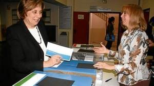 La rectora Anna Maria Geli, en el moment de dipositar el seu vot a l'urna, ahir.