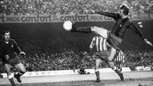 Uno de los goles más célebres de Cruyff: a Reina, en un Barça-Atlético en 1973.