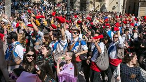 La guerra de caramelos en la plaza de la Vila de Vilanova i la Geltrú, este domingo.