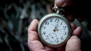 EPA7851. TRIBERG (ALEMANIA), 31/08/2018.- Imagen de archivo que muestra a Bela Hatvani, descendiente de la nobleza h?ngara, mientras atrasa una hora el reloj de bolsillo de la colecci?n familiar en un museo en Kunsz?ll?s (Hungr?a), el 28 de octubre de 2017. El presidente de la Comisi?n Europea (CE), Jean-Claude Juncker, inform? hoy, 31 de agosto de 2018, de que la CE propondr? poner fin al cambio de horario de invierno en la UE tras analizar los resultados de una consulta p?blica en la que millones de ciudadanos pidieron mantener el horario de verano todo el a?o. EFE/ Ronald Wittek