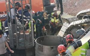 Dos mineros, dentro de la cápsula derescate de Julen.
