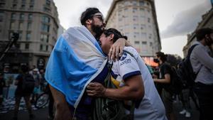 Dos aficionados lloran la muerte de Maradona en Buenos Aires.