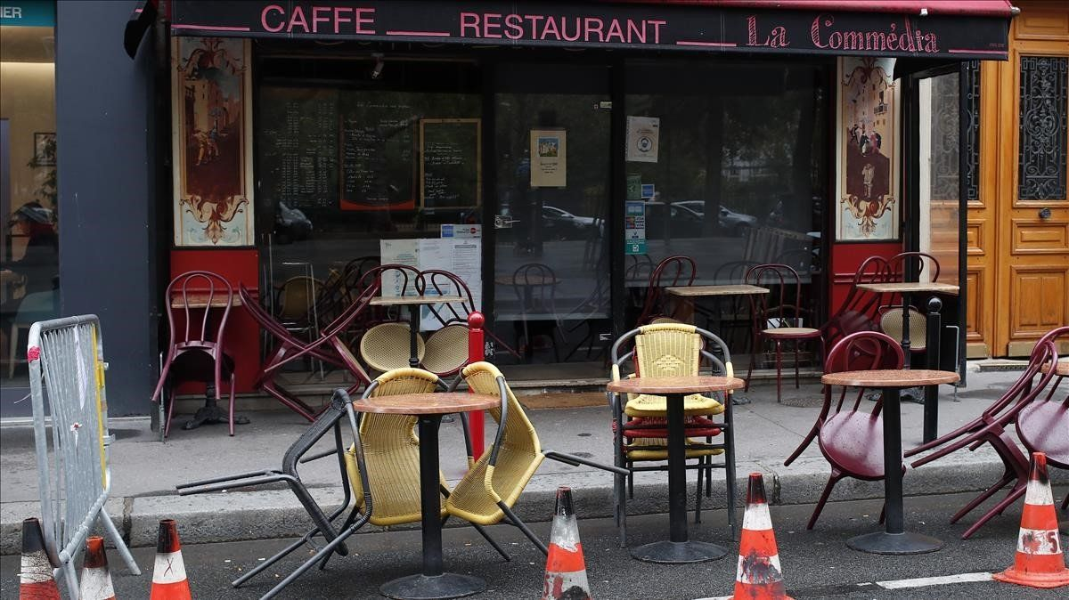 Un bar restaurante parisino, cerrado entre la comida y la cena.
