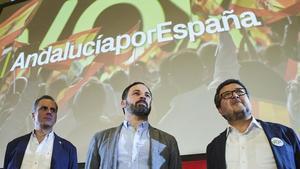 El líder de Vox, Santiago Abascal, en el centro, escoltado por su secretario general, Javier Ortega Smith, y el candidato a presidencia de Andalucía, Francisco Serrano, en un mitin de las elecciones andaluzas.