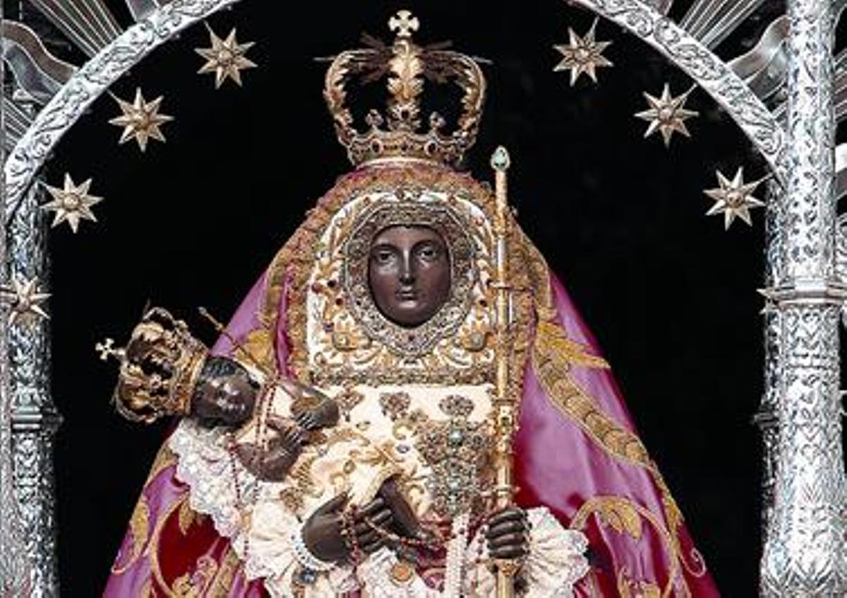Figura de la virgen de la Candelaria que se encuentra en la basílica de Tenerife.