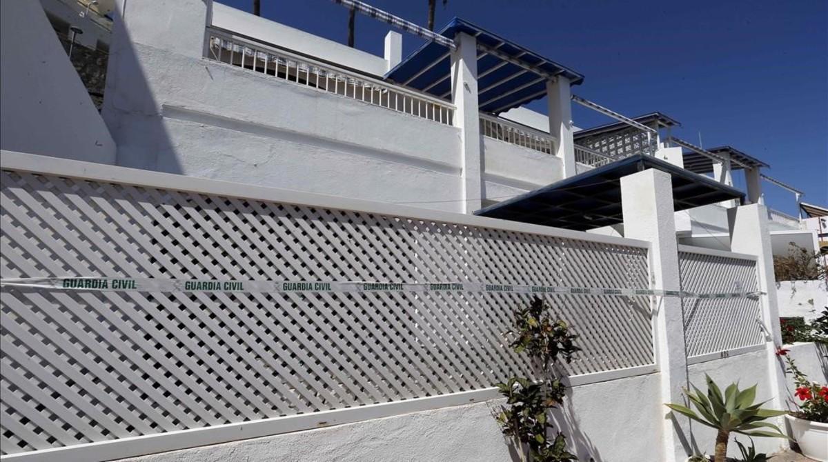 Precinto de la Guardia Civil en el apartamento de la localidad grancanaria de Puerto Rico.