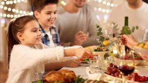 Dos niños, en una comida de Navidad.
