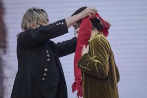 El compositor Nacho Cano devuelve a Isabel Díaz Ayuso la Gran Cruz de la Orden del Dos de Mayo después de que ella se la entregara a él, en la Real Casa de Correos de Madrid, con motivo del Día de la Comunidad de este 2021, a dos días del 4-M.