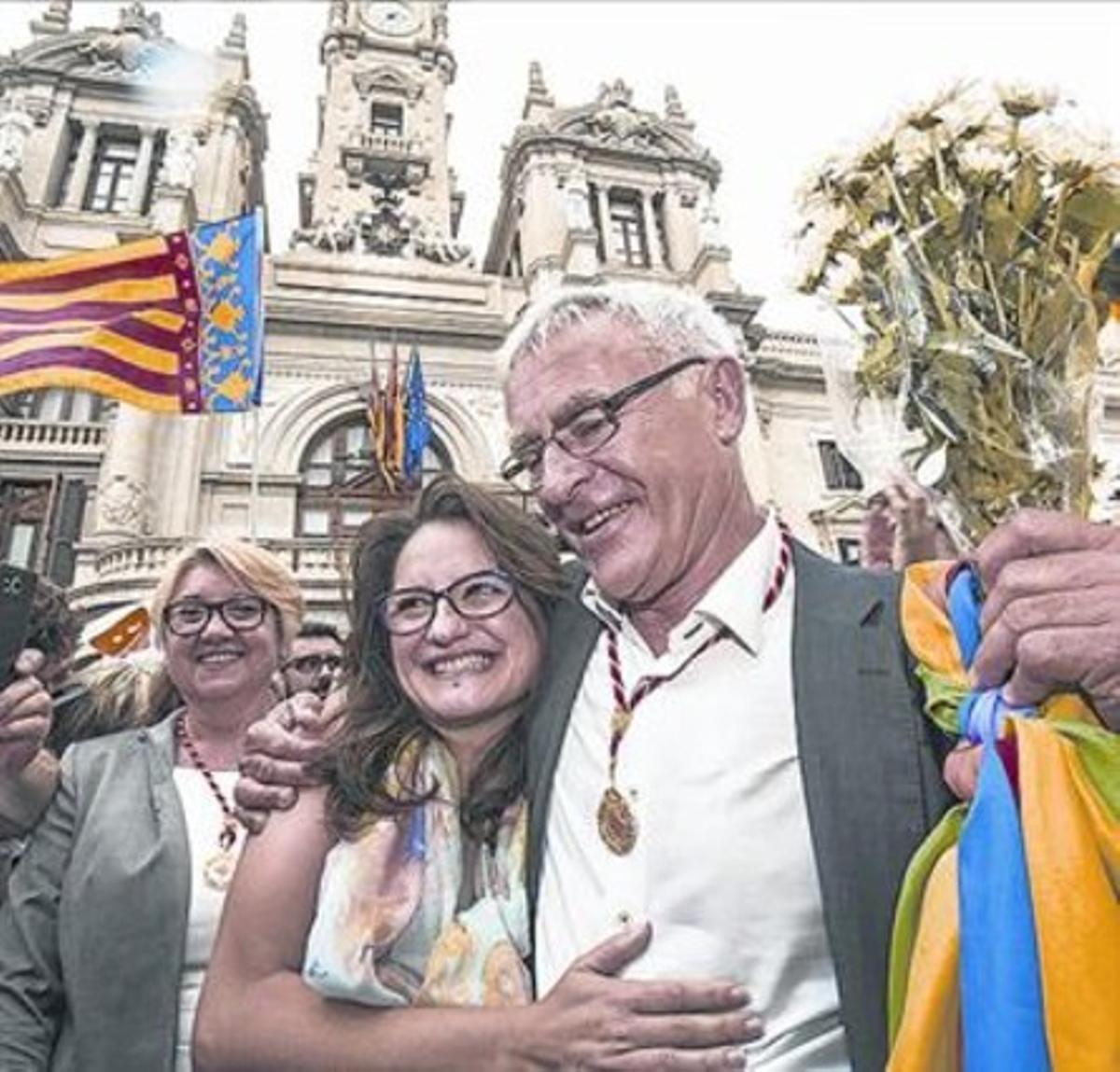 Mónica Oltra y Joan Ribó, frente al Ayuntamiento de Valencia.