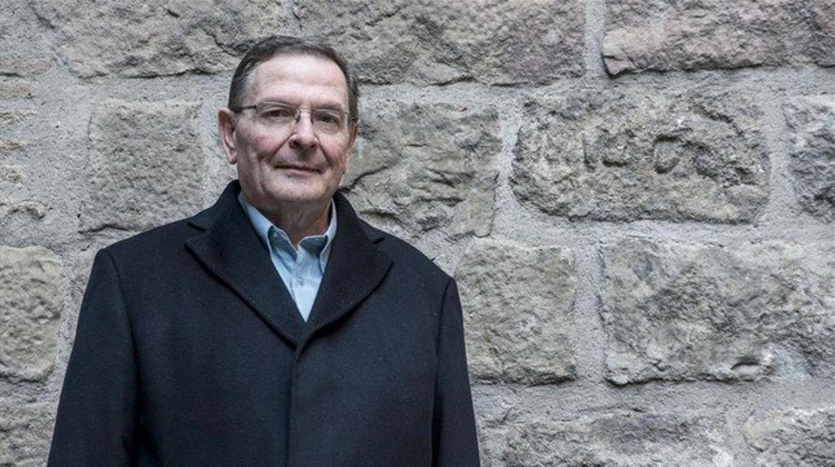 El historiador Jordi Casanovas muestra las piedras del cementerio judío en los muros del Palau del Lloctinent.