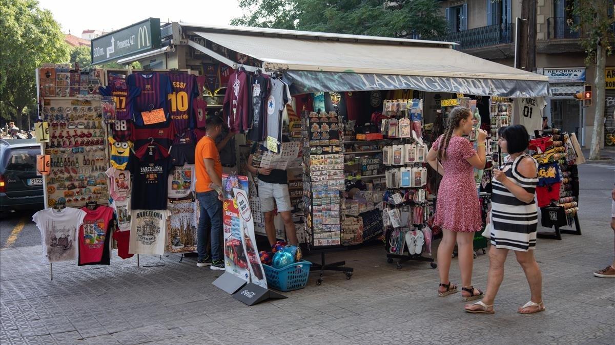 Els comerciants de 'souvenirs' demanen normes clares a Barcelona en plena guerra de preus