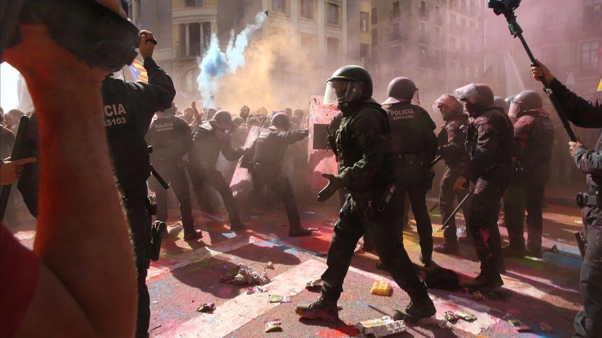 Tensión entre policías e independentistas en la manifestación del sábado.