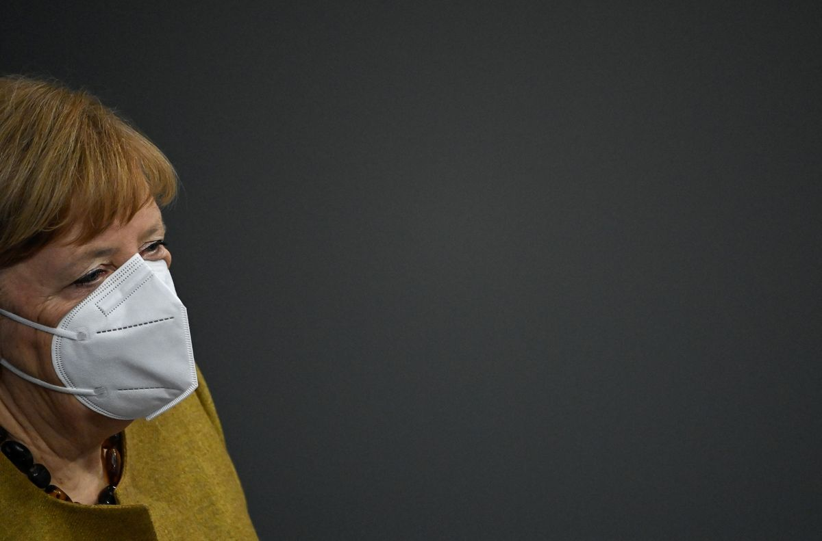 Angela Merkel con una mascarilla.