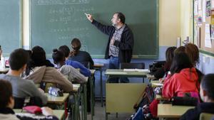 Un profesor imparte clase a sus alumnos.