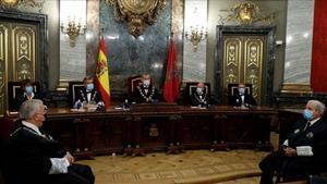 El rey Felipe VI, entre el presidente del Consejo General del Poder Judicial (CGPJ) Carlos Lesmes (segundo por la izquierda) y el ministro de Justicia Juan Carlos Campo, en la inauguración del año judicial en Madrid, el 7 de septiembre pasado.